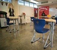 Un salón de clases con los pupitres con distanciamiento.