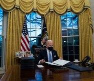 El presidente de Estados Unidos, Joe Biden, firma una serie de órdenes ejecutivas en la Oficina Oval de la Casa Blanca.