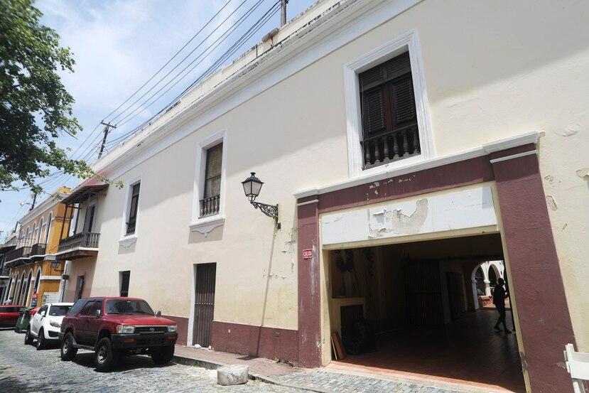 En la foto, la entrada principal del Palacio Arzobispal, que ubica en la conocida calle San Sebastián del Viejo San Juan. Se trata de una estructura con casi tres siglos de existencia, considerada un monumento histórico de alto valor y que fue vendido por la Arquidiócesis de San Juan a un inversionista privado por apenas $309,000.