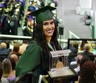 Paola Matos Ruiz recibió el premio Luis Stefani Raffucci tras completar su bachillerato con promedio perfecto de cuatro puntos.