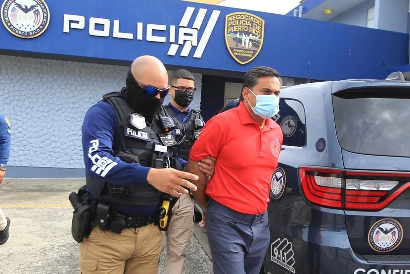 Policía traslada a Salil A. Zaveri del cuartel de Río Grande hacia la comandancia de Fajardo para la radicación de cargos por dispararle a un perro en el campo de golf del hotel Río Mar.(alex.figueroa@gfrmedia.com)