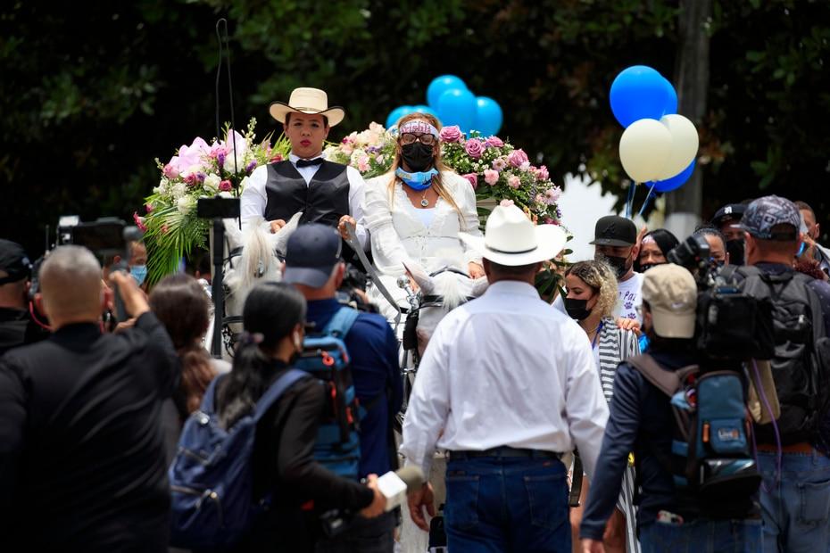 Familiares, amigos y decenas de personas acompañaron la carroza durante su trayectoria por el cementerio.