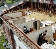 Varios residentes ordenan sus cosas luego de que sus apartamentos del complejo Westbrooke Village quedaran sin techo el martes 28 de mayo de 2019 en Trotwood, Ohio, después del paso de una fuerte tormenta la noche anterior. (AP/John Minchillo)