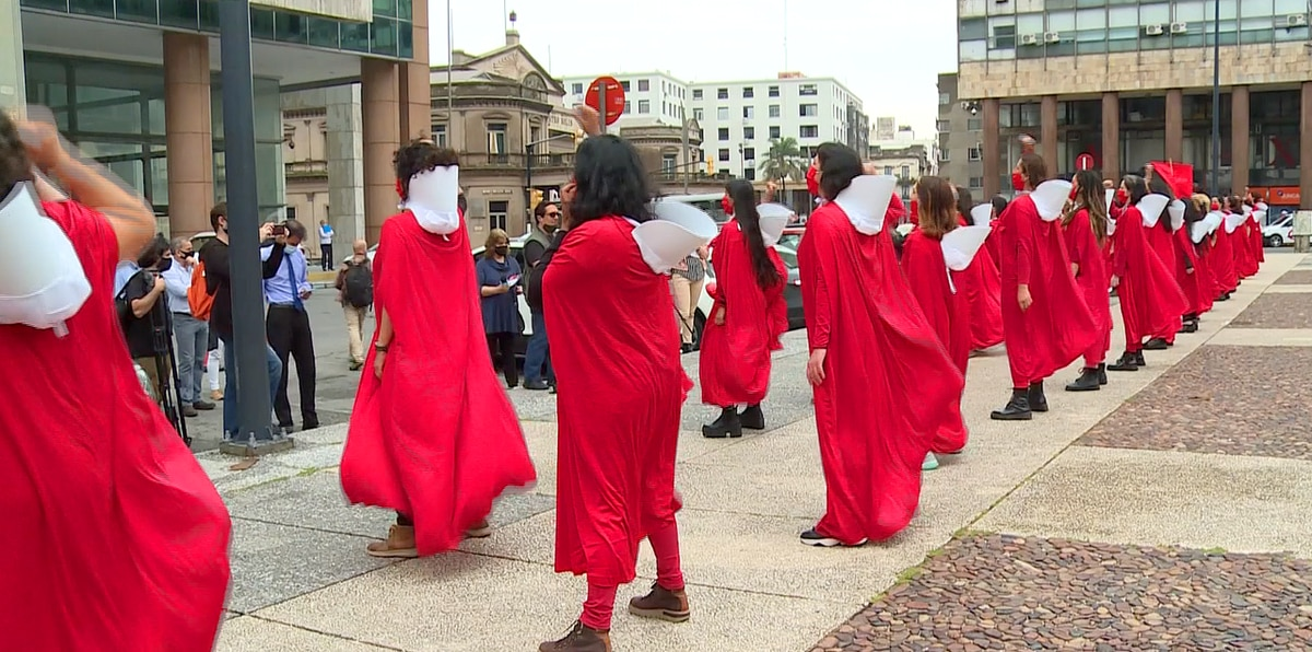 "Recrean ""The Handmaid's Tale"" en poderosa protesta"