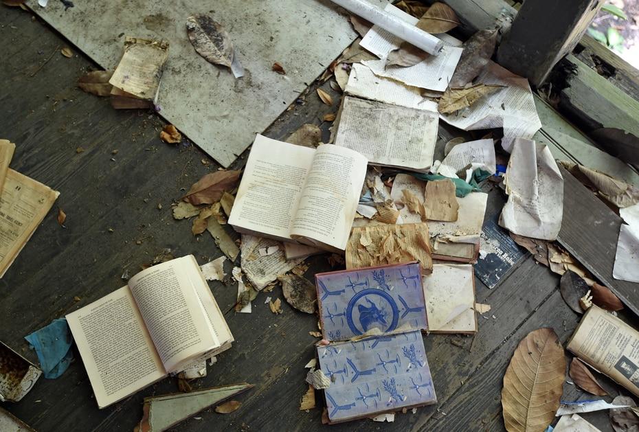 En el 2015 se observaban varios libros y papeles abandonados en el piso.