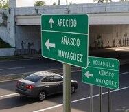 Duplicidad de letreros en cruce entre las carreteras PR-111 y la PR-2 en Aguadilla.