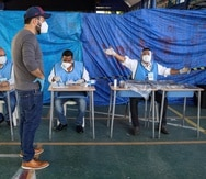 Un hombre vota este domingo en las elecciones presidenciales y legislativas en Santo Domingo. (EFE)