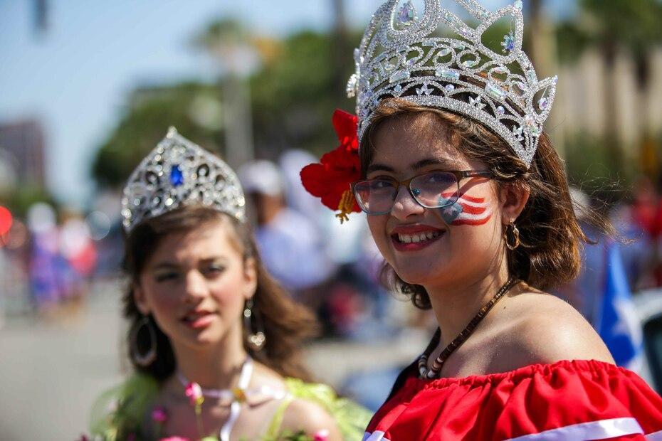 Miss Boriken, Arlyned Delgado (al fondo), junto a Miss Isla del Encanto, Angelissa Delgado.