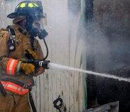 Cuando el personal controló el incendio y pudo entrar a la estructura, encontró el cuerpo calcinado en el área del baño.