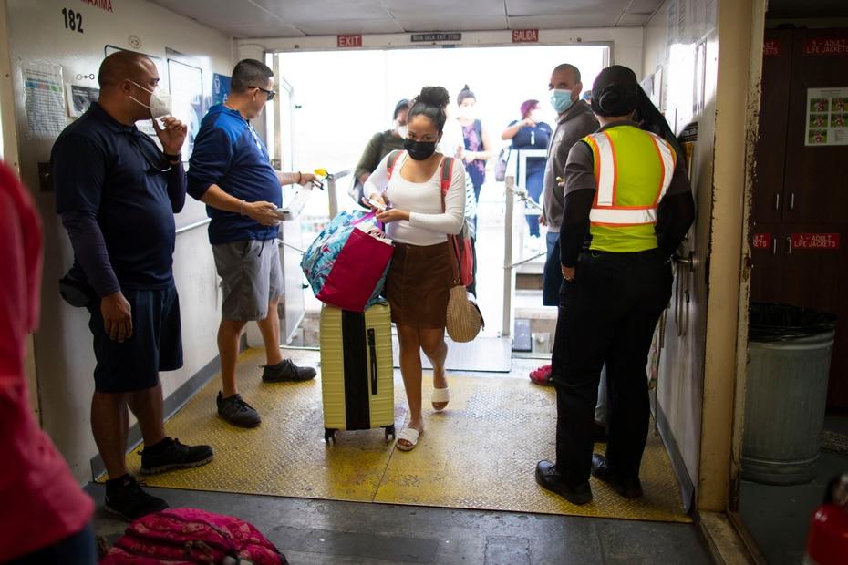 Además de tomarle la temperatura a las personas que abordaban, también expedían desinfectante de manos antes de permitir que entraran a la embarcación.