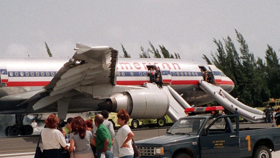 Emergencia de un vuelo de American Airlines en el que el motor del avión se incendio, el 7 de septiembre de 1998.