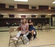 Las actrices Blanca Lissette Cruz y Zaiedd Vélez durante un ensayo de la obra.