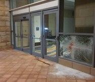 El detenido por supuestamente rompió un crista de una de las entradas.