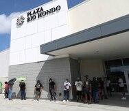 La fila para entrar al Best Buy en Plaza Río Hondo sobrepasaba la entrada de la tienda T.J. Maxx.