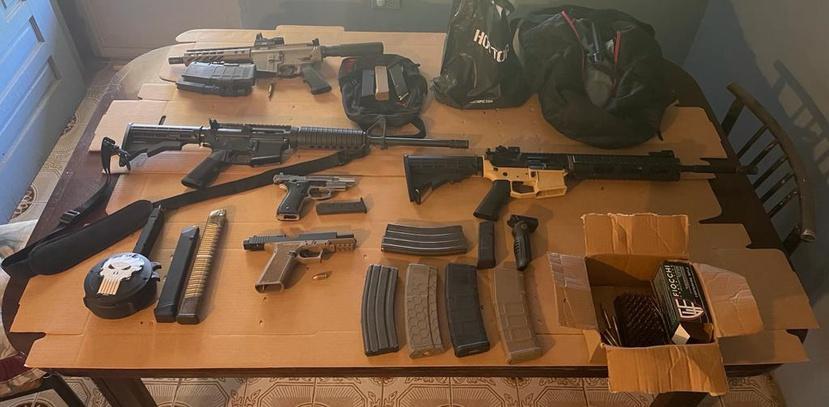 Los agentes ocuparon armas de fuego, cargadores, cientos de bala, un chaleco antibalas, una granada y cocaína durante un allanamiento.