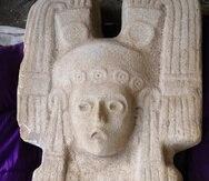 En esta fotografía del 4 de enero de 2021, difundida por el Instituto Nacional de Antropología e Historia (INAH), la escultura de una figura femenina desenterrada en la población de Hidalgo Amajac puede apreciarse en el municipio de Álamo Temapache, en el estado de Veracruz, México.