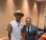 Eddie Rosario y Gilberto Santa Rosa comparten antes de la presentación del salsero boricua en Atlanta.