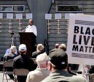 El diácono Joseph Conner habla ayer, domingo, en una vigilia de oración al aire libre por la justicia racial, en la iglesia de la Inmaculada Concepción.