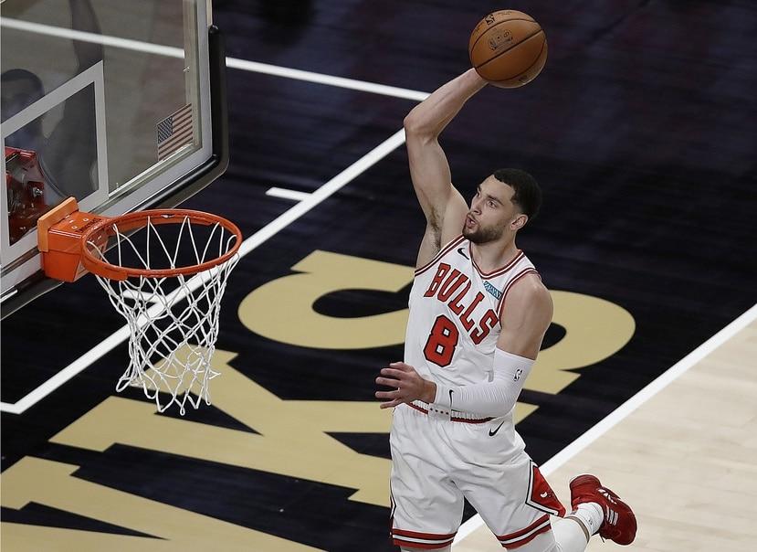 Zach LaVine, de los Bulls, se apresta a donquear el balón contra los Timberwolves.