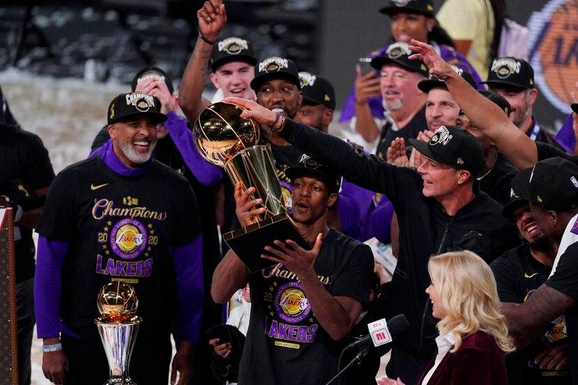 El armador Rajon Rondo carga con el campeonato de la NBA ganado con los Lakers de Los Ángeles el pasado octubre.