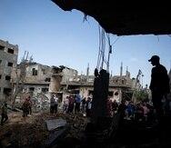 Los palestinos inspeccionan sus casas destruidas luego de los ataques aéreos israelíes durante la noche en la ciudad de Beit Hanoun, en el norte de la Franja de Gaza.