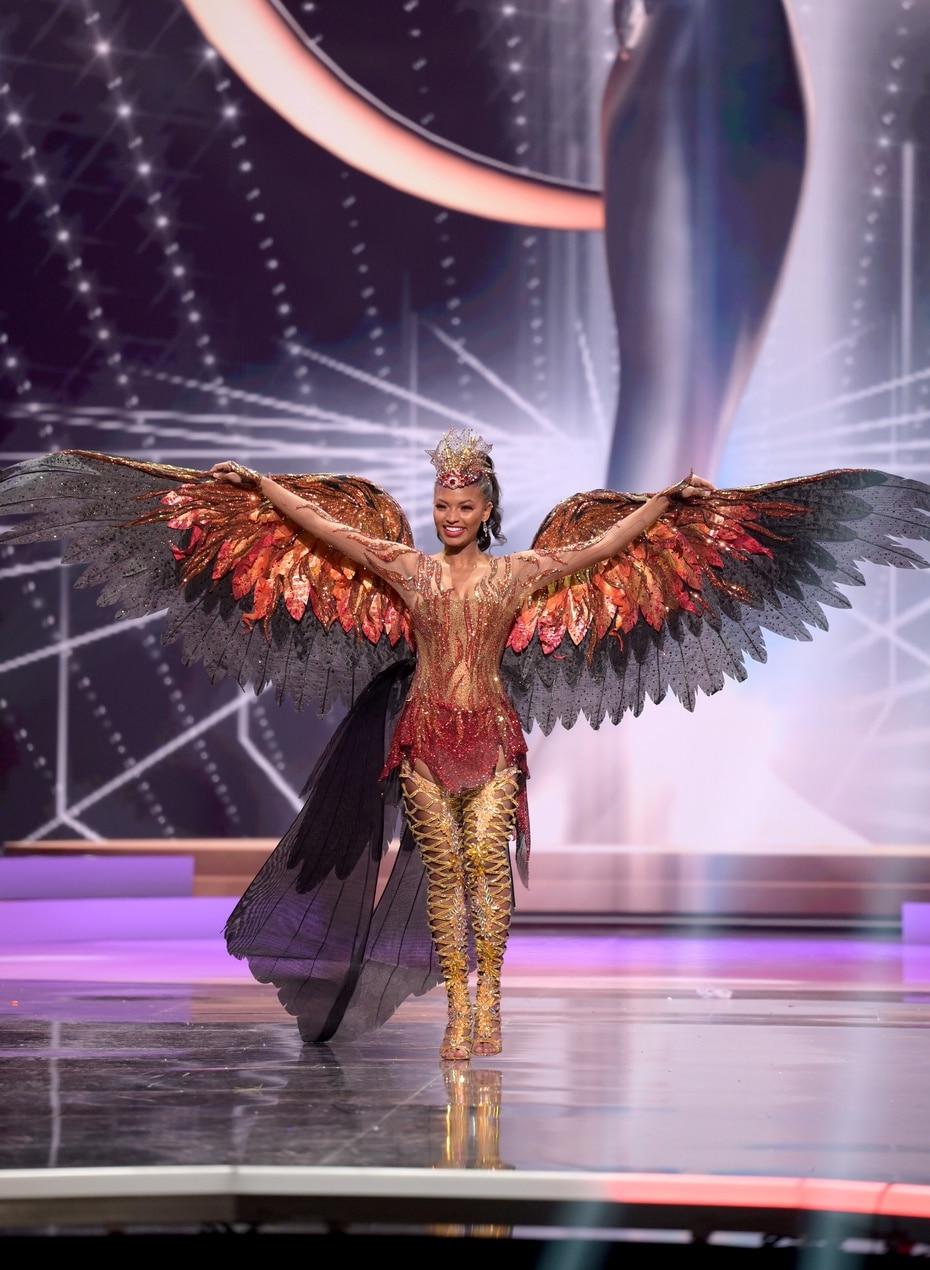 Asya Branch, Miss USA 2020, abrió sus alas para representar a su nación en la competencia de vestidos típicos de Miss Universe, en Hollywood, Florida.