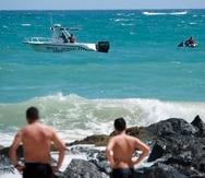Imagen de archivo de personal de la Policía patrullando la zona de la playa que ubica detrás del hotel La Concha en Condado.