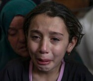 La niña palestina Batoul Shamsa, de 10 años, llora durante el funeral de su hermano Ahmad Shamsa, de 15 años, en la aldea de Beta, en Cisjordania, cerca de Naplusa, el jueves 17 de junio de 2021. El chico murió baleado por soldados israelíes en Cisjordania, dijo el ministerio de salud palestino.