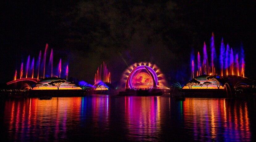 """El espectáculo """"Harmonious"""" en EPCOT, se presenta diariamente, una vez por noche, en la laguna del World Showcase."""