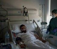 Un paciente con COVID-19 recibe tratamiento en el Hospital del Mar en Barcelona el viernes 9 de julio de 2021.