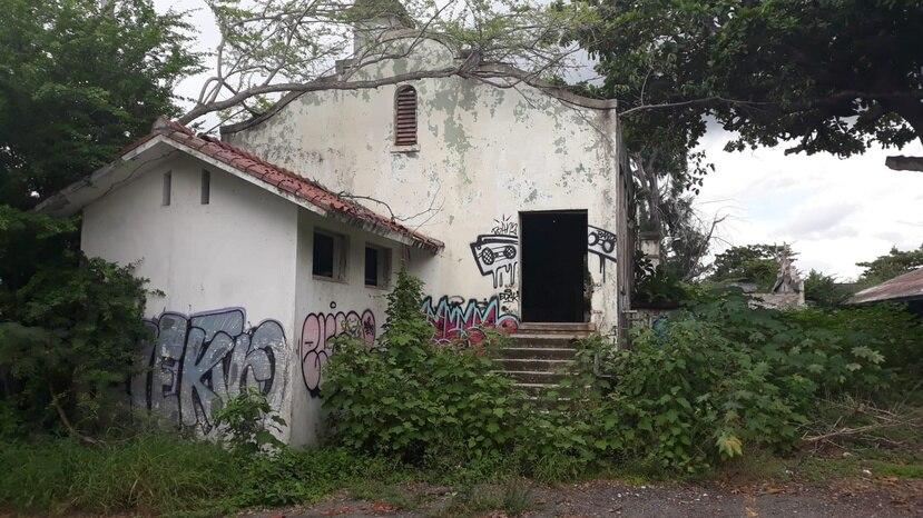 La fachada del edificio principal muestra daños estructurales y vandalismo. (Suministrada)