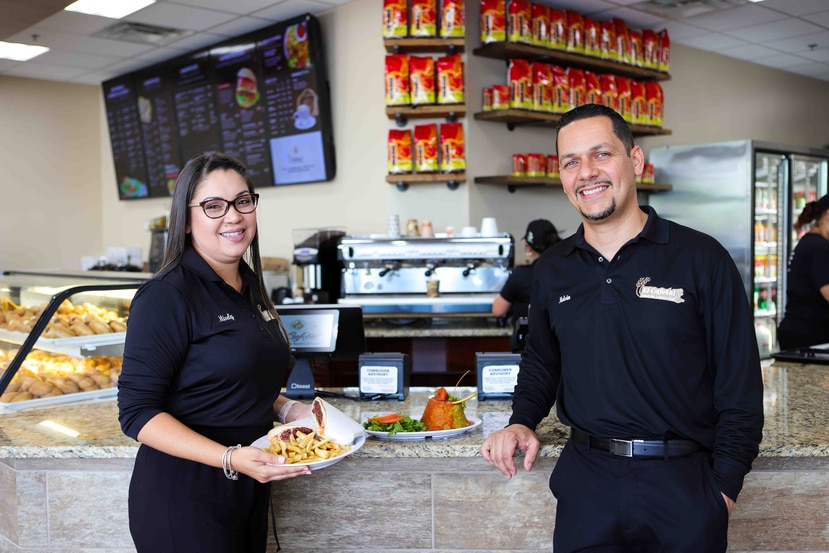 Melvin Méndez y su esposa Misely Raíces abrieron la cuarta sucursal de su panadería y restaurante El cafetal en Orlando, Florida.