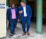 El secretario de Educación federal, Miguel Cardona conversa con el secretario interino de Educación local, Eliezer Ramos Parés durante una visita al plantel Emilio Delgado en Corozal.