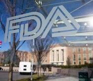 La FDA es responsable de proteger la salud pública garantizando la inocuidad, la eficacia y la seguridad de los medicamentos, humanos y veterinarios, los productos biológicos y los dispositivos médicos, según lo establece en su página.