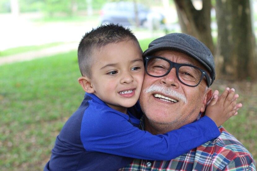Los abuelos son esos miembros de la familia en quienes recaen las historias, las anécdotas y los más guardados secretos familiares.