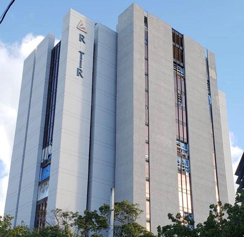 El edificio tuvo daños en la mayor parte de los cristales laterales de la estructura de 16 pisos y las oficinas principales de la agencia quedaron inoperantes. (Suministrada)