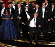 """Peter Farrelly (al centro) celebra en grande junto al elenco de la película """"Green Book"""" tras recibir la estatuilla de Mejor Película en los Premios Oscar. (AP / Chris Pizzello)"""