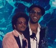 Bruno Mars, a la izquierda, y Anderson.Paak, de Silk Sonic, aceptaron el premio al mejor grupo en los BET Awards.