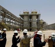 Ingenieros de Saudi Aramco y periodistas visitan una planta de gas natural en Hawiyah, en el este de Arabia Saudí.
