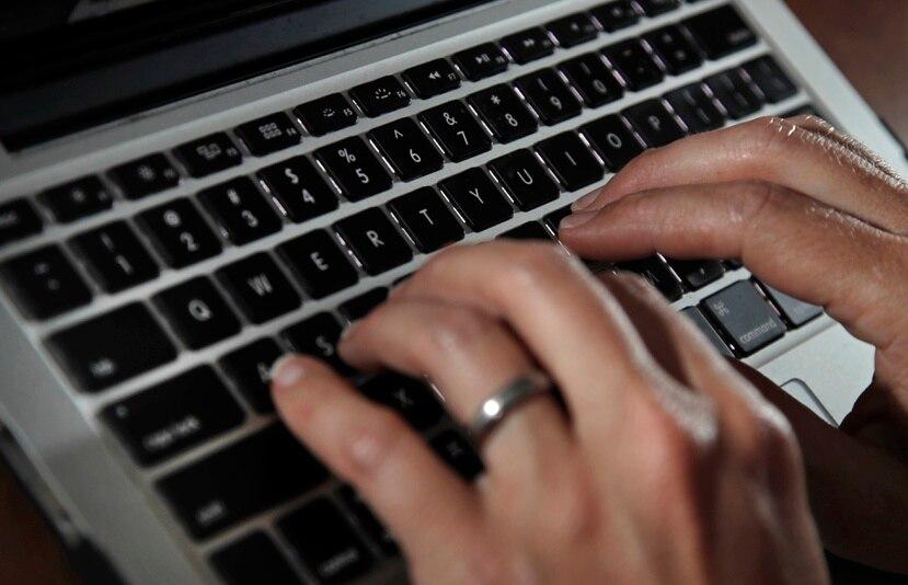 Casi la misma cantidad de encuestados tiene las mismas dudas de seguridad acerca de la información en línea que revela su ubicación física y la mitad cree que sus conversaciones de texto privadas son inseguras.