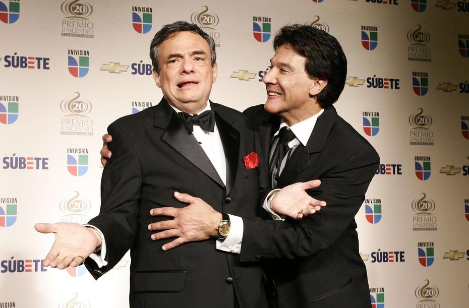 """El """"príncipe de la canción"""" participó en varias ocasiones de eventos como Premio Lo Nuestro. Aquí posaba para una foto junto con el actor Fernando Allende."""