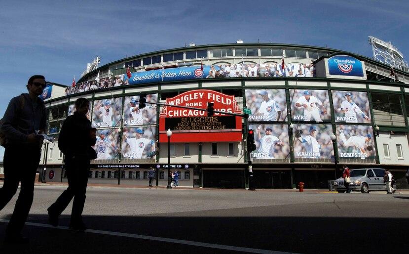 En esta foto del 4 de abril de 2012, personas caminan frente al estadio Wrigley Field de Chicago. (AP)