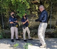 Personal de la Policía custodiaba la escena, detrás de la escuela abandonada Ramón Valle Seda, cerca de la carretera PR-2 en Mayagüez, donde fue hallado el cuerpo calcinado.