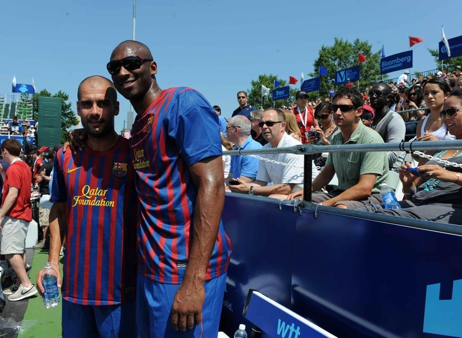 Bryant junto al entonces entrenador del Barcelona en el 2011 Pep Guardiola. (EFE)