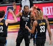 Kevin Durant celebra con sus compañeros de los Nets de Brooklyn Joe Harris y Nicolas Claxton en la primera mitad del juego ante los Pelicans de Nueva Orleans.