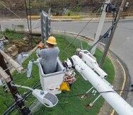 Empleados de la AEE laboran para restablecer el servicio de energía en un sector de Culebra. (GFR Media)