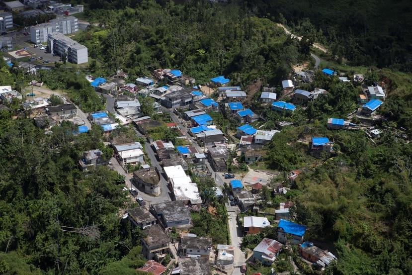 El número de residencias con toldos azules de la Agencia Federal para el Manejo de Emergencias, tras  el paso del huracán María, rondaba los 30,000.
