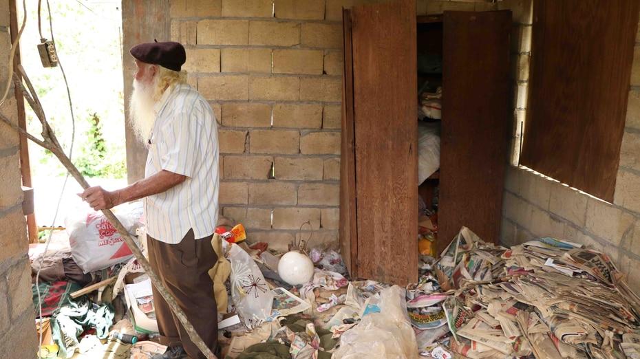 Don Guillermo muestra los escombros que todavía cubren los alrededores y el suelo de su residencia.  (joe.rubens@gfrmedia.com)