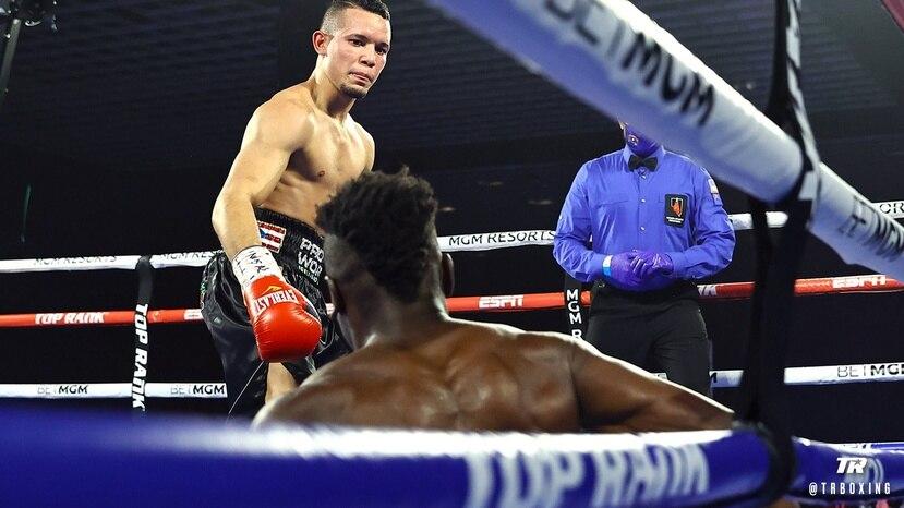 Orlando González tras derribar a Luis Porozo en el segundo asalto. (Top Rank)