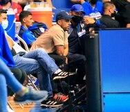El armador de los Vaqueros Angel Rodríguez observa el encuentro contra los Cariduros desde las gradas luego de ver su temporada terminar por lesión en el pulgar derecho.
